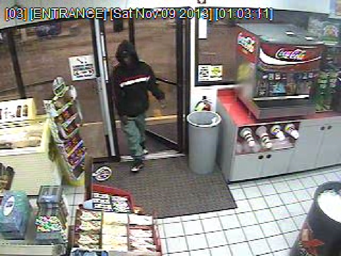 suspect walking in and out.0078