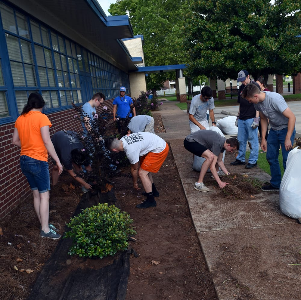 Volunteers give Plantation Park Elementary a fresh ...